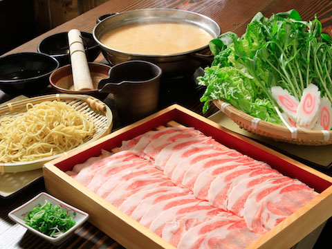 【食】日本の本格居酒屋を料理、サービス、雰囲気で再現『Hachi』